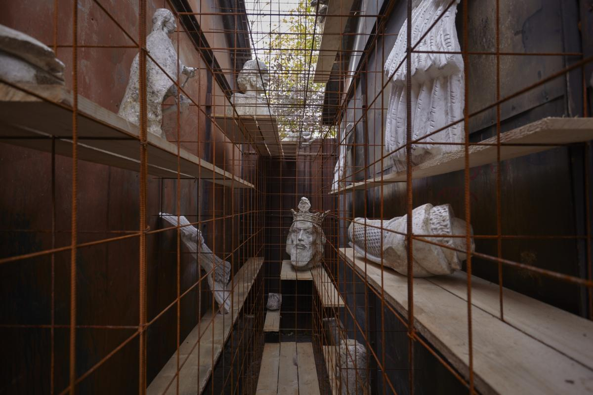 'Re-bar, wire-mesh, cross-hatch (Romanian heroes)' by Mike Nelson at Sandwich